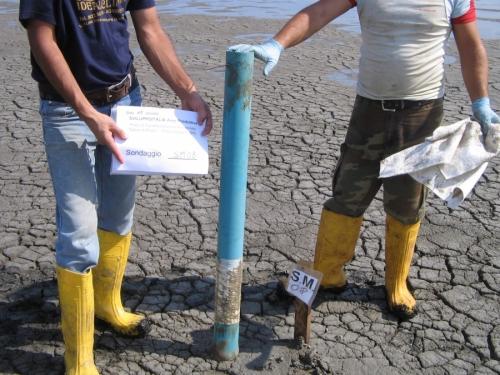 Indagini Geognostiche prelievo di campioni con carotiere manuale- Saline di priolo (2).jpg